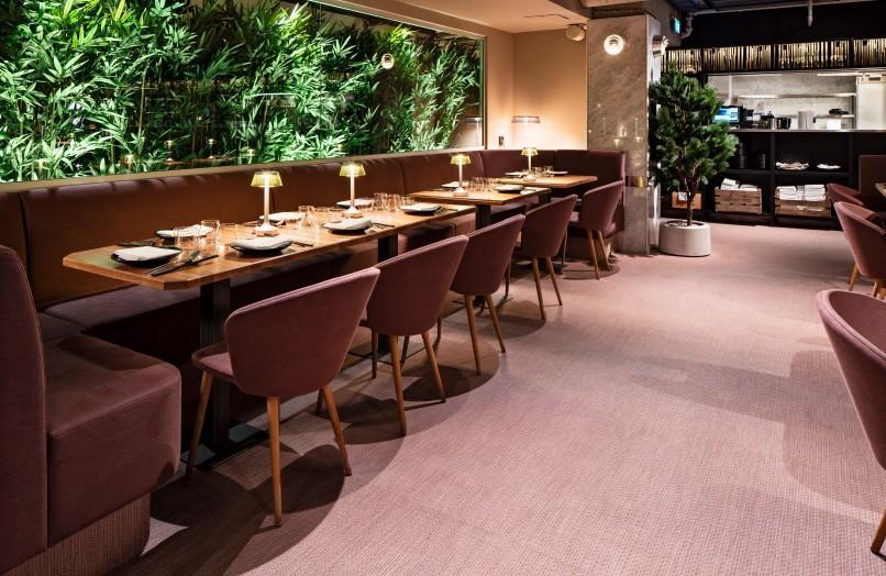 Dukade bord på restaurang Videgård med stolarna Miss Holly från Stolab, designade av Jonas Lindvall.