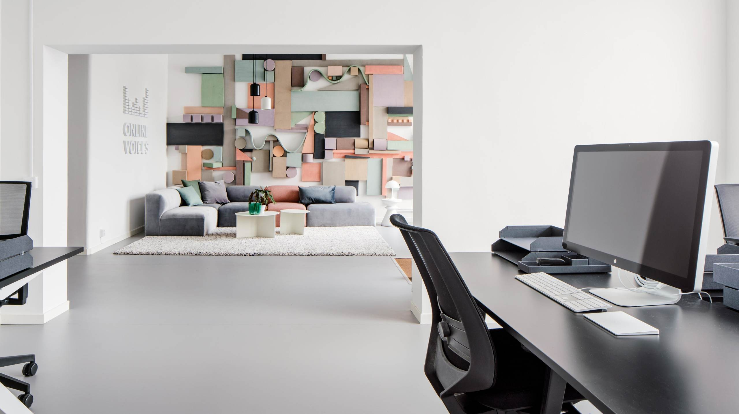 Online Voices kontor i Stockholm, fotograferat av arkitekturfotograf Mattias Hamrén.