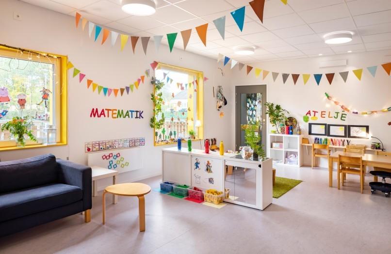 Lekfull interiör med flaggspel och leksaker i förskolan Solängen i Huddinge.