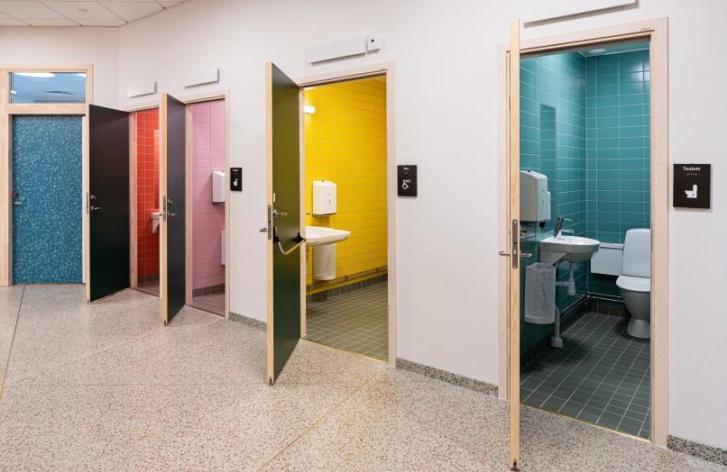 Toaletter med olika färg på kaklet.