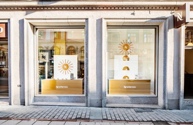Fasadbild och skyltfönster till Nespressos butik i Stockholm. Fotograferat av Mattias Hamrén.