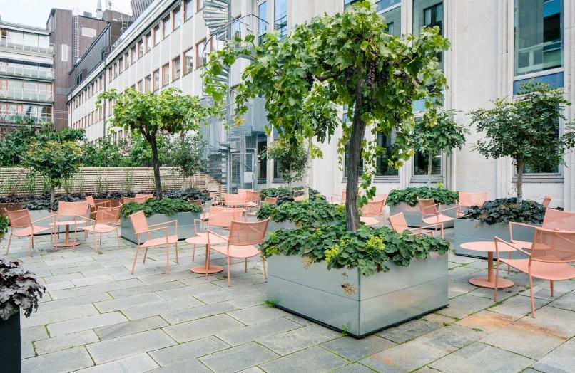 Jig Mesh Easy Chair från Massproductions på innegården till kontorshotell och konferensanläggningen Helio GT30.
