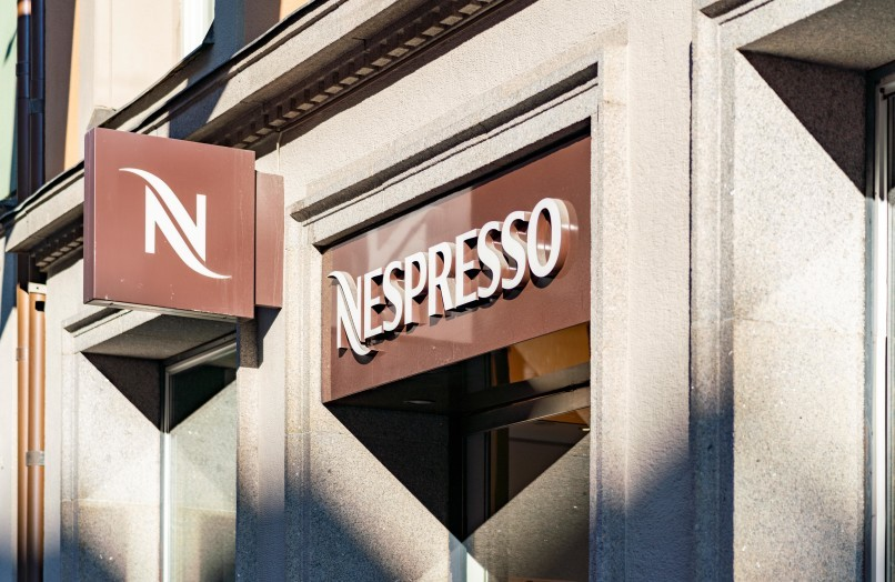 Entré och skyltning till Nespresso Store på Kungsgatan i Stockholm.