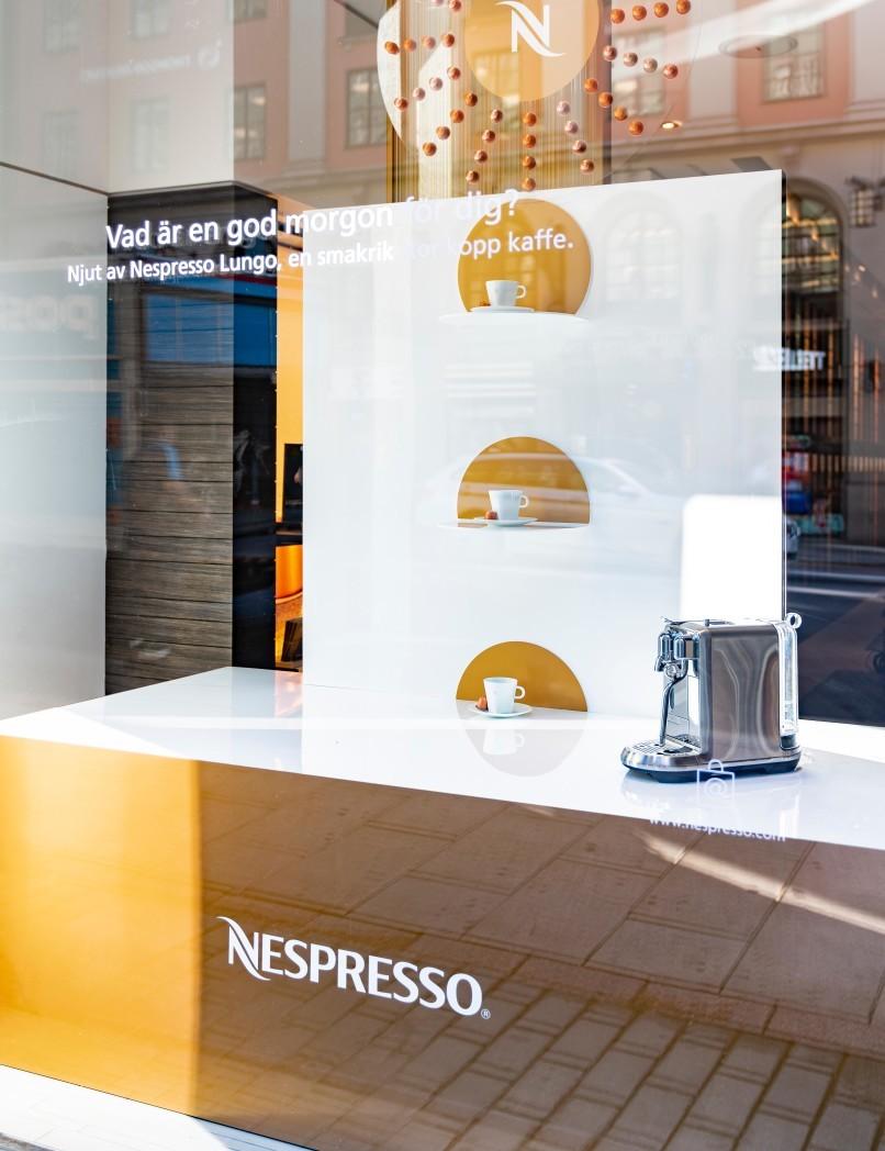 Skyltfönster till Nespresso Store på Kungsgatan i Stockholm.