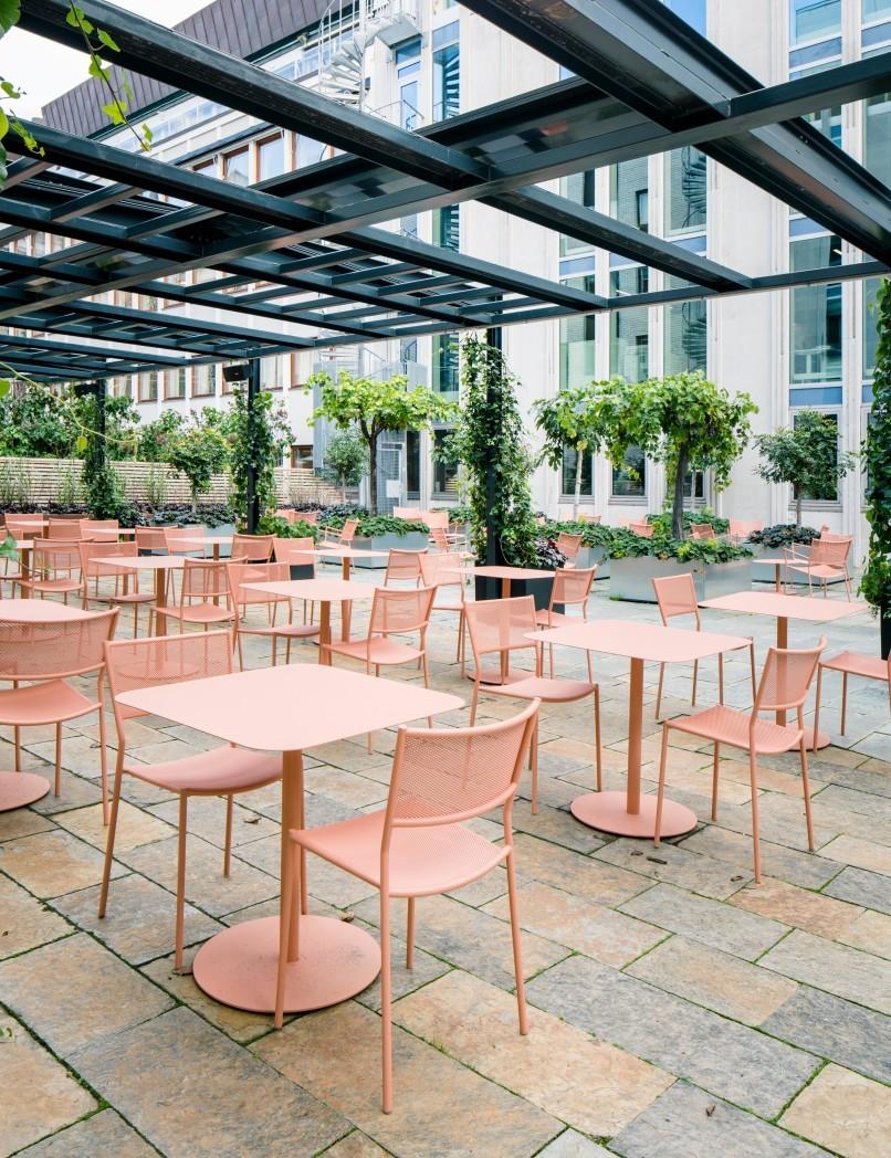 Stolarna Jig Mesh Chair från Massproductions på innegården till kontorshotell och konferensanläggningen Helio GT30.