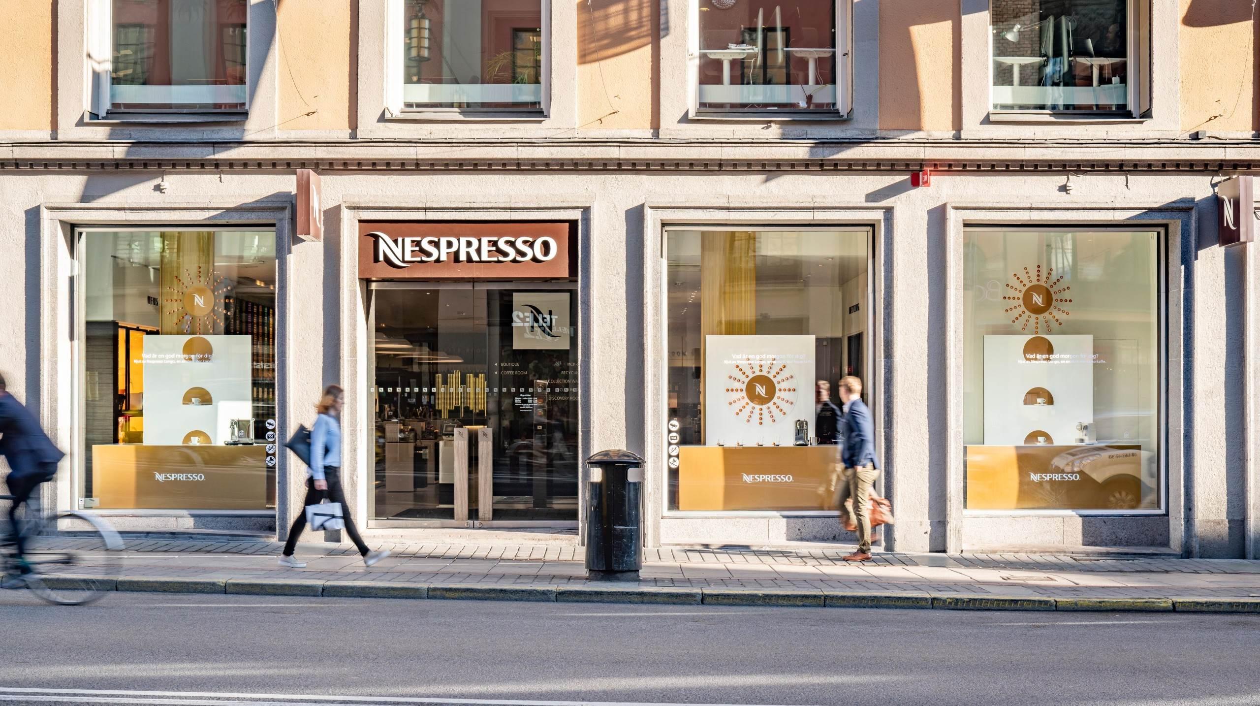 WorkShop har tagit fram detta designkoncept för skyltfönster i Nespresso Store på Kungsgatan i Stockholm. Fotograferat av arkitekturfotograf Mattias Hamrén.