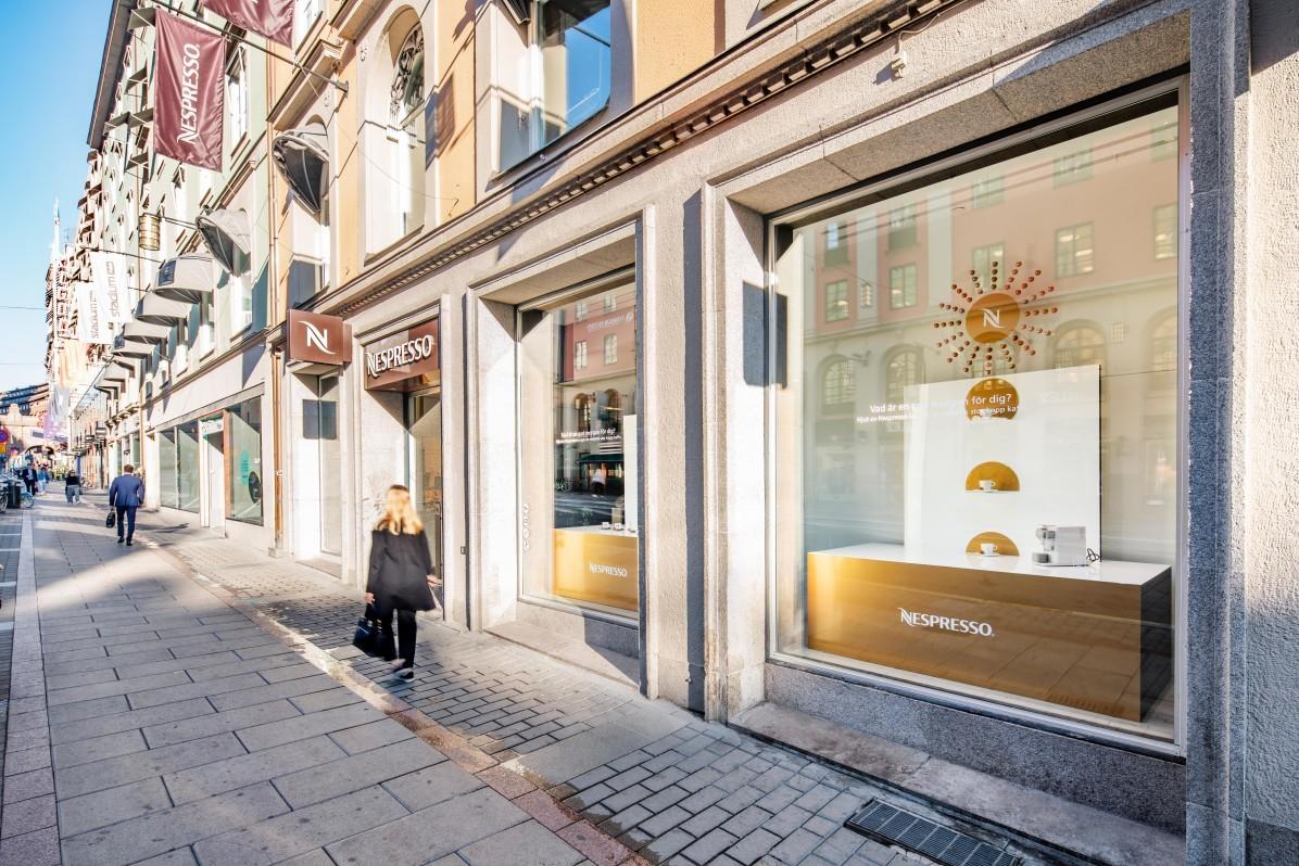 Skyltfönsterdesign på Nespresso Store, fotograferat av Mattias Hamrén.