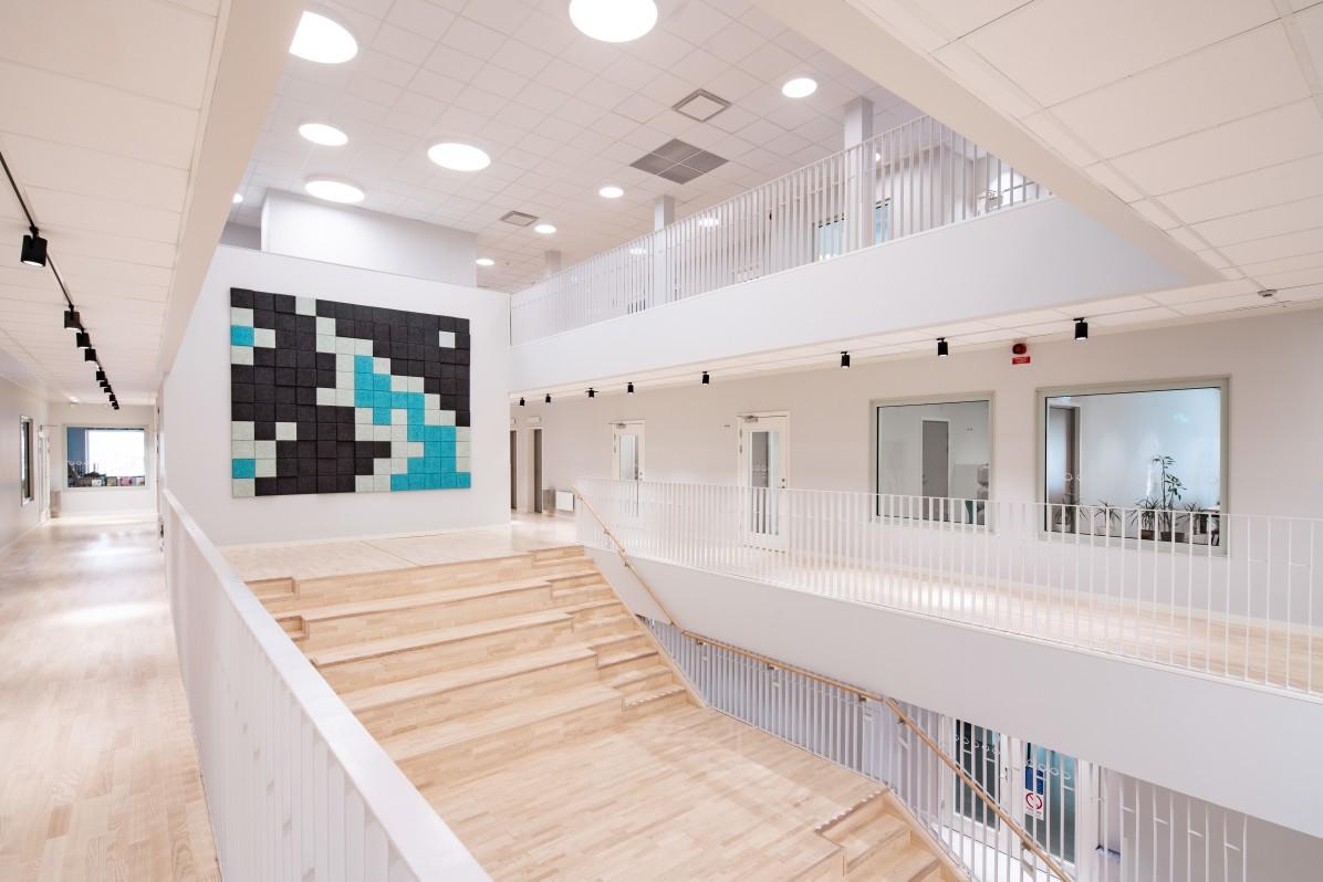 Interiör på Skapaskolan med BAUX Akustiska 3D Pixel-paneler.