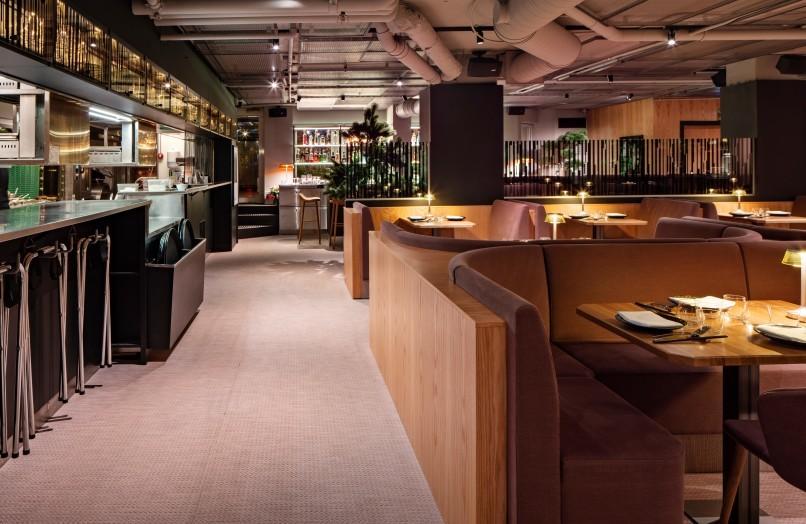 Interiörfoto på restaurang Videgård och köket.