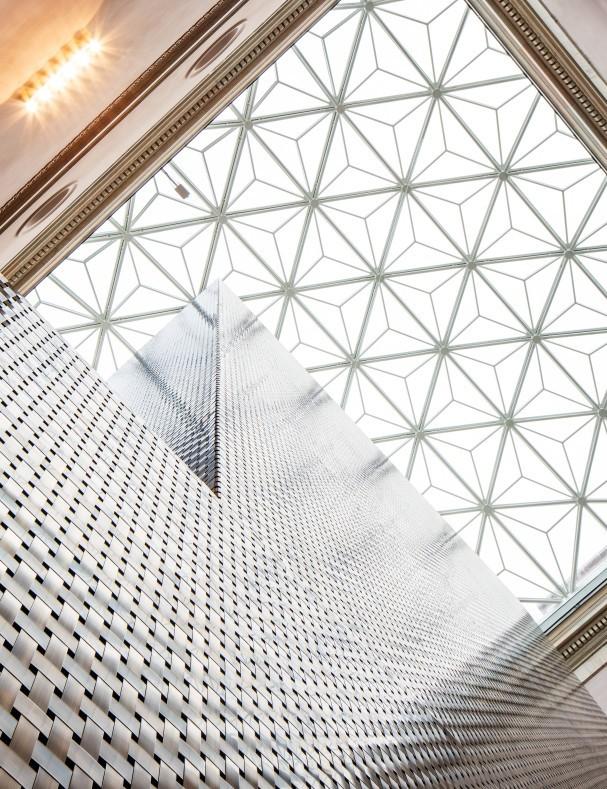 Nationalmuseums nya glastaket och hisstornet i oxiderad mässing.