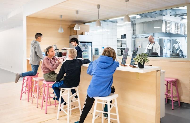 Cafeterian i Skapaskolan i Stockholm. Interör designad av Wolfgang.
