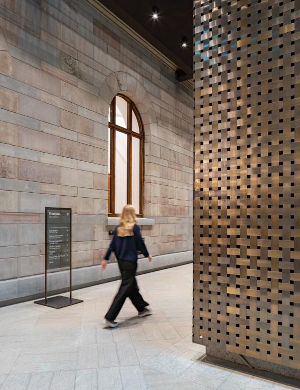 Nya hisstornet i oxiderad mässing på Nationalmuseum.