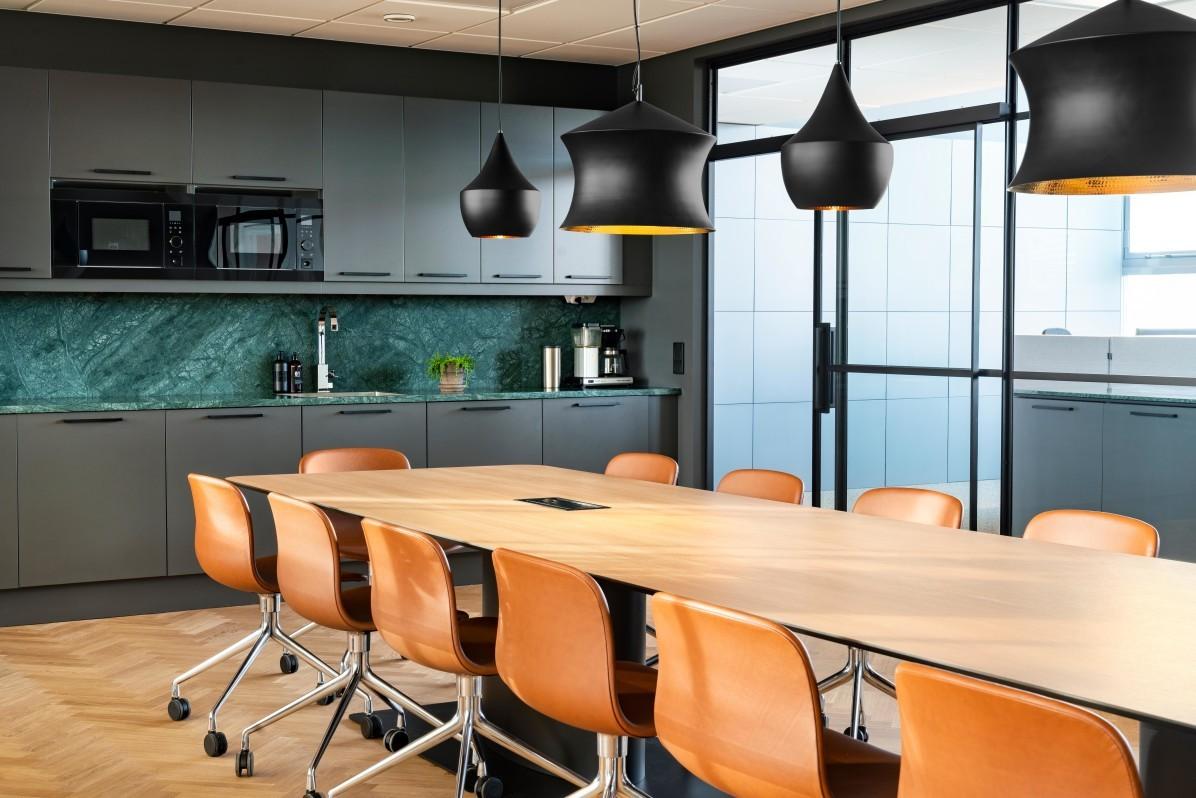 HAY About A Chair AAC 15 runt ett konferensbord på Svensk Fastighetsförmedlings kontor i Stockholm