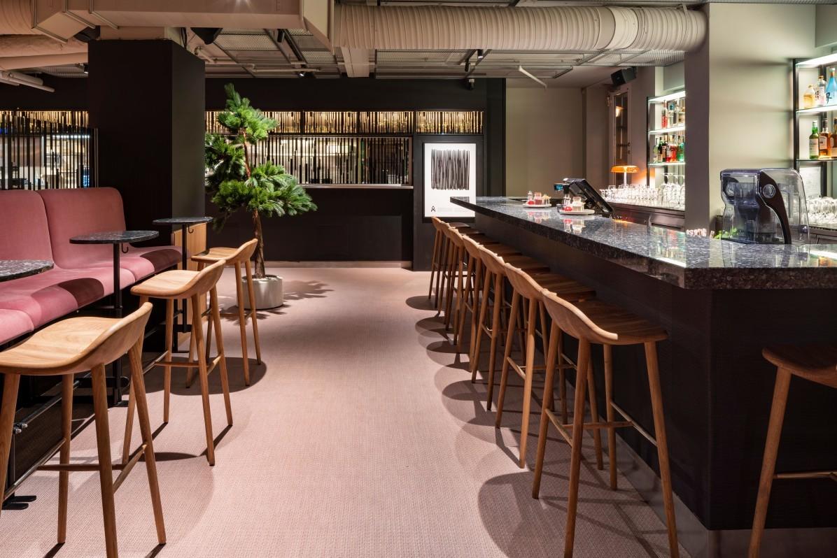 Interiörfoto av baren på restaurang Videgård med barstolarna Miss Holly från Senab.