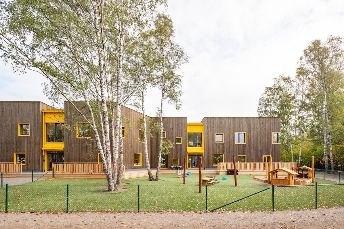 Lekplats och fasad till förskolan Solängen i Huddinge, fotograferat av Mattias Hamrén.